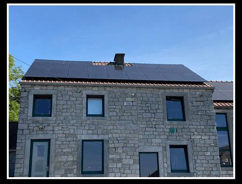 panneaux photovoltaïques sur le toit d'une maison